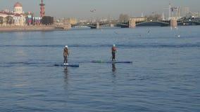 Rússia, St Petersburg, pode 10, 2019 - o editorial, turismo da cidade em rios em surfar do SORVO vídeos de arquivo