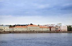 Rússia St Petersburg Uma construção da universidade estadual (construção de doze placas) em Neva Embankment foto de stock