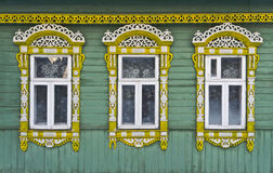 Rússia Suzdal Três janelas com de madeira cinzelado Imagens de Stock
