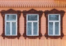 Rússia Suzdal Três janelas com de madeira cinzelado Imagem de Stock Royalty Free