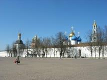 Rússia Templos medievais do russo O quadrado na frente do monastério imagens de stock