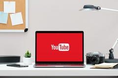 Rússia, Tyumen - 18 de dezembro de 2018: Logotipo de YouTube na tela MacBook YouTube é o Web site de partilha video em linha popu imagens de stock