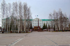 5 04 2012 Rússia, YUGRA, Khanty-Mansiysk, Khanty-Mansiysk, a fachada da administração do distrito autônomo de Khanty-Mansiysk Imagens de Stock