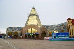 5 04 Rússia 2012, YUGRA, Khanty-Mansiysk, Khanty-Mansiysk, o comércio de construção e ` de Okhotny Ryad do ` do centro de negócio Fotografia de Stock