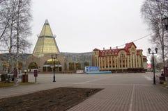 5 04 Rússia 2012, YUGRA, Khanty-Mansiysk, Khanty-Mansiysk, o comércio de construção e ` de Okhotny Ryad do ` do centro de negócio Imagem de Stock Royalty Free
