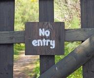 Rústico nenhum sinal da entrada na porta de madeira Imagens de Stock
