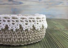 Rústicos de linho fazem crochê a caixa com branco fazem crochê o laço Natural fazer crochê o teste padrão do curso de matéria têx Fotos de Stock Royalty Free