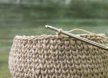 Rústicos de linho fazem crochê a caixa e a agulha de crochê Natural fazer crochê o teste padrão do curso de matéria têxtil Fio de Fotografia de Stock