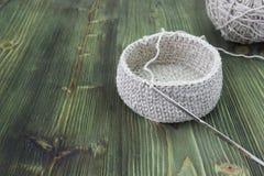 Rústicos de linho fazem crochê a caixa e a agulha de crochê Natural fazer crochê o teste padrão do curso de matéria têxtil Fio de Fotografia de Stock Royalty Free