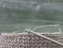 Rústicos de linho fazem crochê a caixa e a agulha de crochê Natural fazer crochê o teste padrão do curso de matéria têxtil Fio de Imagem de Stock