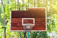 Rückenbrett des Basketballs alt und in der Landschaft verfallen aber es c stockbild
