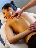 Rückenmassage auf junger Frau Stockbilder