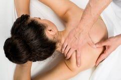 Rückenmassage in einem Salon Stockbilder