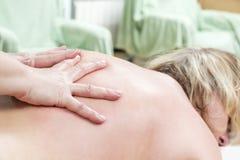 Rückenmassagenahaufnahme lizenzfreie stockfotografie