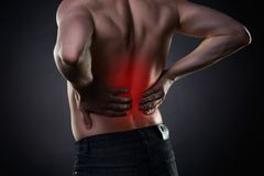 Rückenschmerzen, Nierenentzündung, Schmerz in Mann ` s Körper stockfotografie