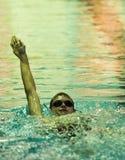 Rückenschwimmen am Schwimmen-Treffen Lizenzfreie Stockfotos