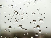 Rückgangsbilder, Regen fällt, Regen fällt auf Glas Stockfoto