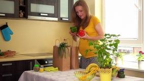 Rückkehr der schwangeren Frau des Kaukasiers vom Shop mit den Taschen voll vom organischen Gemüse stock video footage