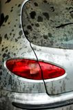 Rücklicht auf staubigem und schmutzigem grauem Auto Stockfotografie