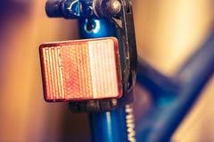 Rücklichter eines Fahrrades, notwendig in der Dunkelheit Stockbilder