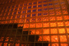 Rückseite beleuchtete Glasblockwand stockbild