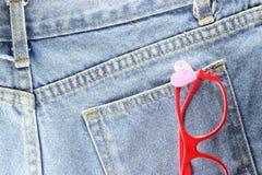 Rückseite Beschaffenheit von Blue Jeans mit Gläsern Stockbild