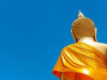 Rückseite der große Buddha auf Hintergrund des blauen Himmels in Thailand lizenzfreies stockbild