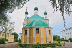 Rückseite der Kirche der Ankündigung von der gesegneten Jungfrau in Kloster Nikolsky Pereslavsky in Pereslavl-Zalessky, Russland Stockbild
