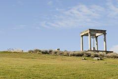 Rückseite des Denkmales mit vier Pfosten. Stockbild
