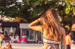Rückseite des Mädchens am Strand Stockbild