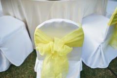 Rückseite des weißen Stuhls verziert mit gelbem weichem Gewebe stockfoto