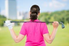 Rückseite ist Athleten mit Ausrüstung für das Spielen des Golfs stockbild