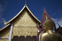Rückseite von Buddha-Statue und -tempel Stockbilder