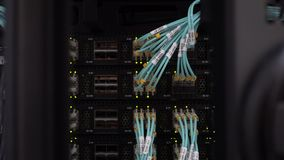 Rückseite von modernen Arbeitsdatenservern mit blauen Kabeln stock footage
