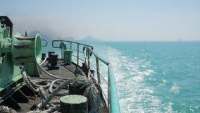 Rückseiten-Ansicht von Fähren-Seite zu Meereswellen Slowmotion Hintergrund HD thailand stock footage