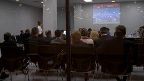 Rückseiten von den Geschäftsleuten, die bei einer Konferenz sitzen stock video footage