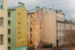 Rückseiten von Wohnhäusern im Stadtzentrum stockfotos