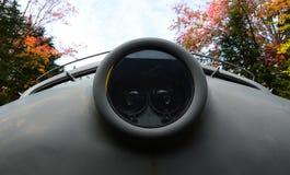 Rückseitenansicht der sich fortbewegenden Maschine in Herbst Lizenzfreie Stockfotos