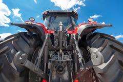 Rückseitenansicht des landwirtschaftlichen Traktors Stockbild
