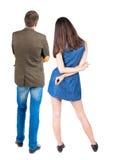 Rückseitige Ansicht der jungen Paare Stockfotos