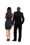 Rückseitige Ansicht der jungen Paare Stockbilder