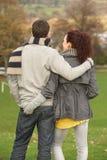 Rückseitige Ansicht der romantischen Jugendpaare Stockfoto