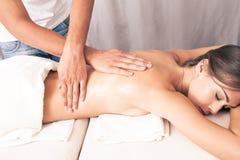 Rückseitige Massage stockfotos