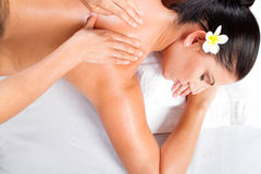 Rückseitige Massage der Frau stockfoto
