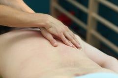 Rückseitige Massage des Mittelaltermannes Stockbilder