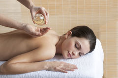 Rückseitige Massage mit Schmieröl Stockbilder