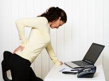 Rückseitige Schmerz der intervertebralen Platte im Büro Lizenzfreies Stockfoto