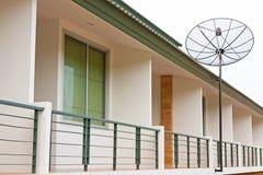 Rückseitige Terrasse mit Satellitenschüssel Stockbild