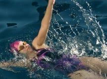 Rückseitiger Anschlag des weiblichen Schwimmers Stockfotos