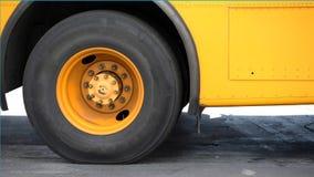 Rückseitiger Gummireifenhintergrund des Schulbusses Stockfotos